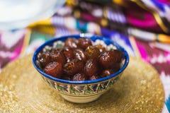 Wschodni cukierki w naczyniach Środkowy Wschód z złotem na Tatar płótnie i zdjęcie stock
