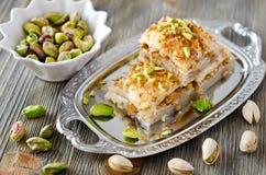 Wschodni cukierki z pistaci baklava z zielonymi pistacjami dalej zdjęcie royalty free