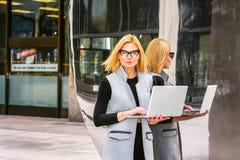 Wschodni - europejska Fachowa kobieta pracuje przy zaawansowany technicznie firmą wewnątrz obrazy royalty free