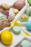 Wschodni jajka i macarons Fotografia Stock
