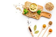 wschodni kuchnia środek Rzuca kulą z hummus wśród kawałków crispbread i pikantność na białej tło odgórnego widoku kopii przestrze Obrazy Royalty Free