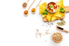 wschodni kuchnia środek Rzuca kulą z hummus wśród kawałków crispbread i pikantność na białej tło odgórnego widoku kopii przestrze Obraz Stock