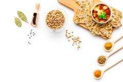 wschodni kuchnia środek Rzuca kulą z hummus wśród kawałków crispbread i pikantność na białej tło odgórnego widoku kopii przestrze Zdjęcia Stock