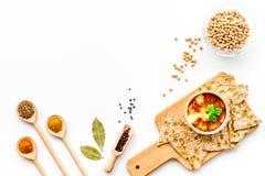 wschodni kuchnia środek Rzuca kulą z hummus wśród kawałków crispbread i pikantność na białej tło odgórnego widoku kopii przestrze Zdjęcie Royalty Free