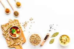 wschodni kuchnia środek Rzuca kulą z hummus wśród kawałków crispbread i pikantność na białej tło odgórnego widoku kopii przestrze Fotografia Royalty Free