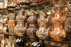 Wschodni naczynia dla herbaty sprzedawali przy Uroczystym bazarem w Istanbuł zdjęcia stock