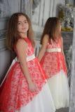 Wschodni typ dziewczyna brunetka w bielu z czerwon? eleganck? sukni? fotografia royalty free