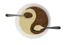 Wschodnia kuchnia - sezamowi ziarna w yin Yang kształta talerzu Zdjęcia Royalty Free