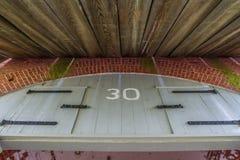 wschodnie drzwi budynków ludzi wpis klasztor jest Ukraine drewna Obraz Stock