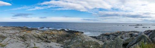 Wschodnie wybrzeże Szkocja skalisty brzeg - panorama obrazek zdjęcia stock