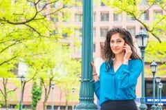 Wschodniego indianina Amerykańska Biznesowa kobieta Dzwoni Outside Fotografia Stock
