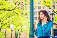 Wschodniego indianina Amerykańska Biznesowa kobieta Dzwoni Outside Obraz Royalty Free