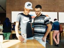 wschodu pochodzenia etnicznego pary męski probierczy Nowy iPhone 8 i iPhon Obrazy Royalty Free