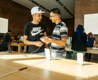 wschodu pochodzenia etnicznego pary męski probierczy Nowy iPhone 8 i iPhon Zdjęcie Royalty Free