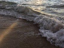 Wschodu słońca światło na Pacyficznego oceanu fala na plaży w Kapaa na Kauai wyspie w Hawaje Zdjęcia Royalty Free