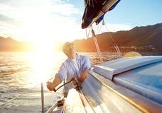 Wschodu słońca żeglowania łódź Zdjęcia Stock