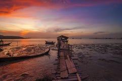 Wschodu słońca Boatshed z Płonącym niebem i Obrazy Stock