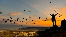 Wschodu słońca i latania balony fotografia stock