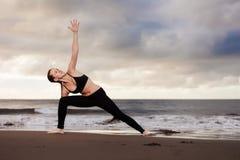 Wschodu słońca joga sesja na plaży Obrazy Royalty Free