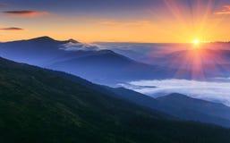 Wschodu słońca krajobraz mgłowa i chmurna góra Obrazy Stock
