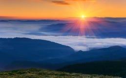 Wschodu słońca krajobraz mgłowa i chmurna góra Obrazy Royalty Free