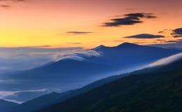 Wschodu słońca krajobraz mgłowa i chmurna góra Obraz Royalty Free