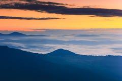 Wschodu słońca krajobraz mgłowa i chmurna góra Zdjęcie Stock