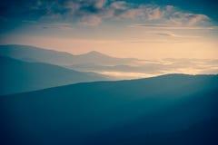 Wschodu słońca krajobraz mgłowa i chmurna halna dolina Zdjęcie Stock