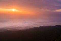 Wschodu słońca krajobraz mgłowa i chmurna halna dolina Obraz Royalty Free