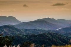 Wschodu słońca krajobraz mgłowa i chmurna halna dolina Fotografia Royalty Free