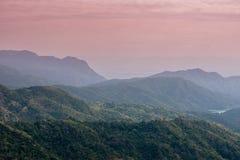 Wschodu słońca krajobraz mgłowa i chmurna halna dolina Obrazy Stock
