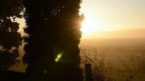 Wschodu słońca lekki i stary krucyfiks na polu zbiory