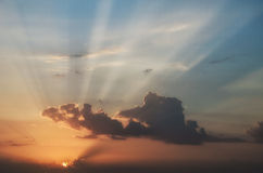 Wschodu słońca niebo z czerwonymi i błękitnymi bóg promieniami Zdjęcia Stock