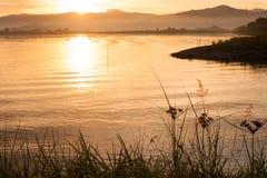 Wschodu słońca ranku krajobraz z jeziorem Zdjęcia Stock