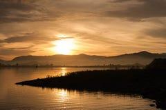 Wschodu słońca ranku krajobraz z jeziorem Obraz Stock