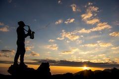 Wschodu słońca saksofon i muzyk obraz royalty free