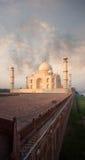 Wschodu słońca Taj Mahal piaskowa bazy Jamuna brzeg rzeki fotografia royalty free