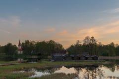 Wschodu słońca widok Araisi kościół i Araisi jezioro w Vidzeme, Latvia zdjęcia royalty free