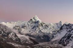 Wschodu słońca widok halny Ama Dablam szczyt dalej Zdjęcie Stock