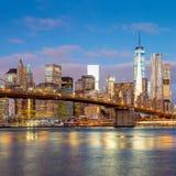 Wschodu słońca widok mosta brooklyńskiego i Manhattan linia horyzontu, Nowy Jork Zdjęcie Stock