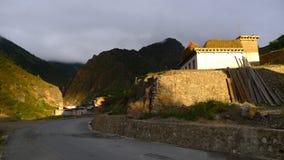 Wschodu słońca widok w wiosce Dengba na Tybetańskim plateau troszkę Zdjęcie Stock