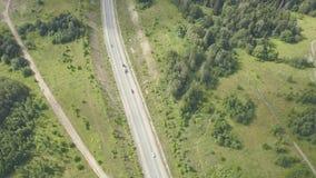 Wsi droga otaczająca bujny zieleni naturą klamerka Odgórny widok wiejska droga w lasowym ruchu drogowym na wiejskich drogach zbiory
