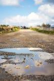 Wsi droga w biednym warunku na obrzeżach Bahrija, fotografia stock