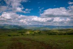 Wsi szeroka panorama z chmurami zdjęcia stock