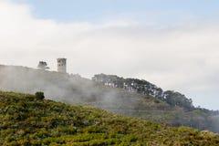 Wsi wierza w lekkiej mgle przy rankiem Zdjęcie Stock