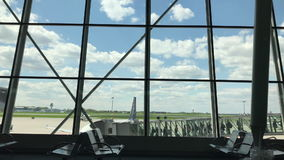 Wsiadać samolot przy lotniskiem zbiory wideo