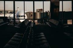 Wsiadać w samolocie Widok od terminal inside obraz royalty free
