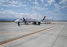 Wsiadać samolot od Lufthansa Regional linii lotniczych fotografia stock