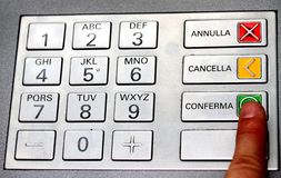 Wskaźnik który potwierdza tajnego kod w klawiaturze ATM Obrazy Royalty Free