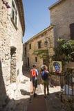 Wąska aleja w Èze wiosce, Francja Zdjęcia Stock
